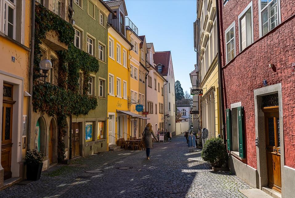 ulica z lokalami handlowymi